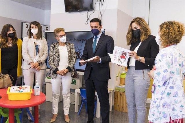 Varios representantes institucionales visitan el Área de Oncología del Hospital Materno-Infantil de Torrecárdenas