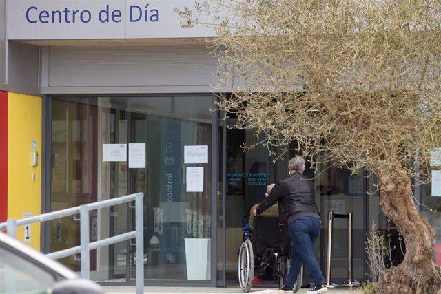 Una mujer pasea junto a un anciano en silla de ruedas hacia la residencia Albertia, a 17 de abril de 2021, en Lugo.