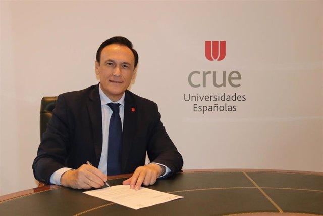 Archivo - El presidente de CRUE Universidades Españolas y rector de la Universidad de Córdoba, José Carlos Gómez Villamandos, firma un convenio con CEAJE