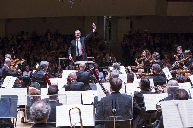 Archivo - Alexander Liebreich dirige a la Orquesta de València