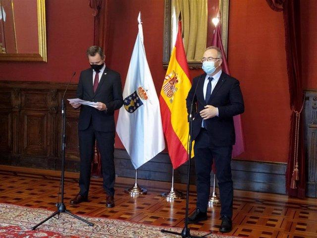 El delegado del Gobierno en Galicia, José Miñones, y el alcalde de Santiago, Xosé Sánchez Bugallo, hacen declaraciones en el Ayuntamiento de Santiago tras mantener un encuentro