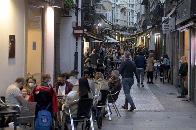 Terrazas de bares de A Coruña el mismo día en que entran en vigor nuevas medidas en la hostelería gallega, a 8 de mayo de 2021, en A Coruña, Galicia, (España). Tras el fin del estado de alarma, a partir de las 00.00 del día 9 de mayo