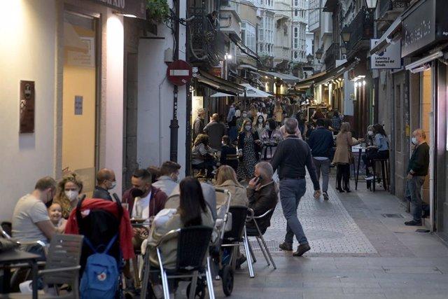 Terrasses de bars de la Corunya el mateix dia en què entren en vigor noves mesures en l'hostaleria gallega, a 8 de maig de 2021, a la Corunya, Galícia, (Espanya). Després de la fi de l'estat d'alarma, a partir de les 00.00 del dia 9 de maig