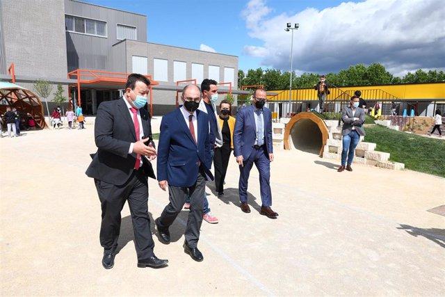 El presidente de Aragón, Javier Lambán, en su visita al CEIP 'Odón de Buen'.