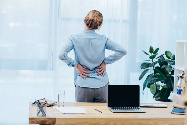 Archivo - Dolor de espalda, oficina, fibromialgia