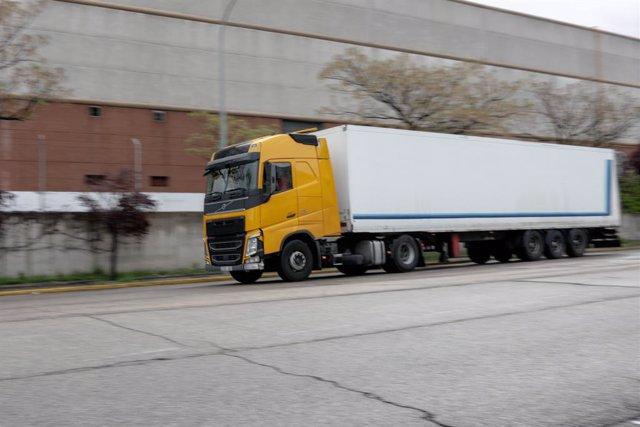Archivo - Un camión llega a Mercamadrid