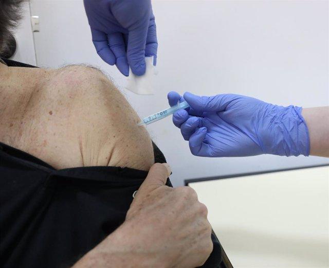 Una mujer recibe la vacuna de Moderna contra el Covid-19, en el Centro de Vacunación de la calle General Oraa