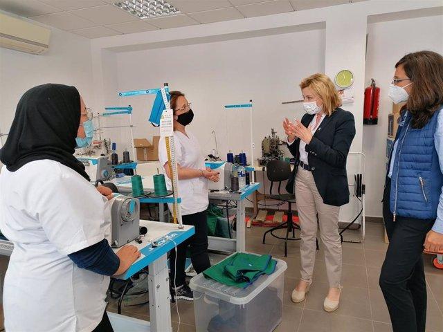La delegada territorial de Empleo, Formación, y Trabajo Autónomo,  Carmen Sánchez, visita Iriss, una cooperativa textil ubicada en el barrio malagueño de Palma-Palmilla
