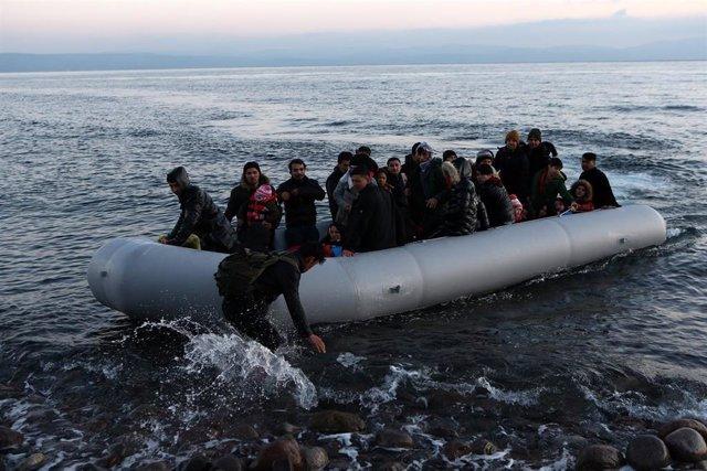 Archivo - Una embarcación con migrantes llegaa la isla griega de Lesbos