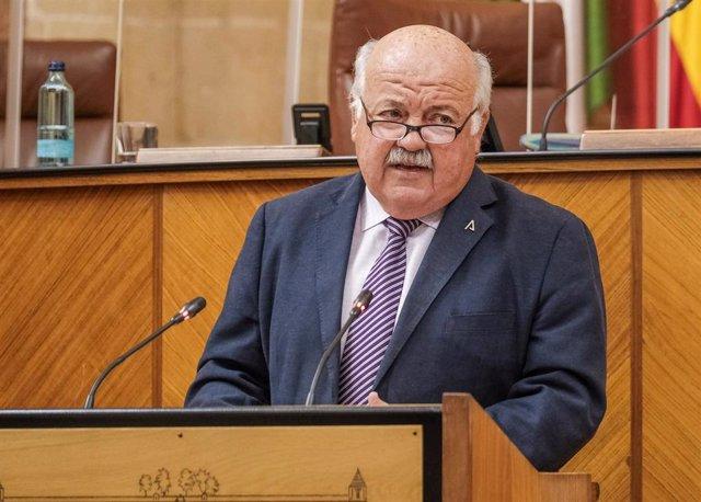 El consejero de Salud y Familias, Jesús Aguirre, en el Pleno del Parlamento andaluz.