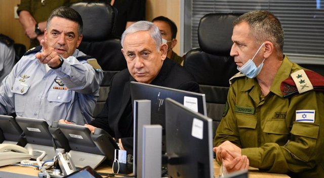 HANDOUT - 12 May 2021, Israel, Tel Aviv: Israeli Prevalgui Minister Benjamin Netanyahu (C) receives operational updates from the IDF Chief-of-Staff Aviv Kochavi and commander of the Israeli Air Force Amikam Norkin, amid the escalating flare-up of Israeli-