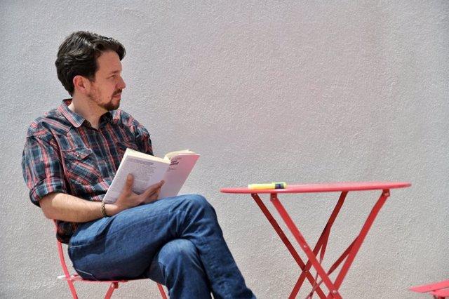 El exsecretario general de Podemos, Pablo Iglesias, lee un libro tras cortarse el pelo y dejar atrás su icónica coleta.