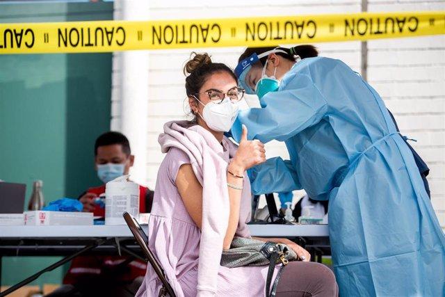 Archivo - Una mujer recibe la vacuna contra el coronavirus en Los Angeles