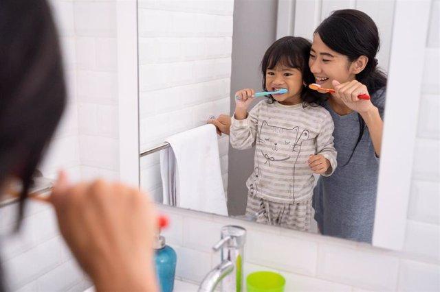 Lavarse los dientes.