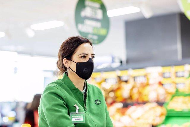 Una treballadora de Mercadona amb la mascareta corporativa.