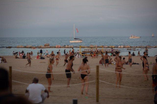 Archivo - Bañistas en la playa en Barcelona