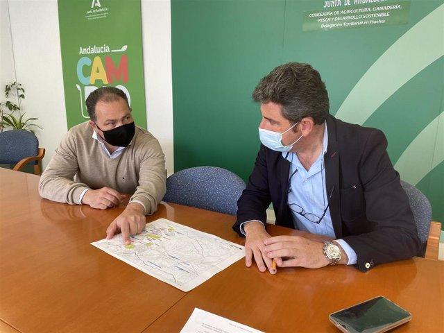 El delegado territorial de Agricultura, Ganadería y Pesca, Álvaro Burgos,junto al alcalde de Aljaraque, David Toscano.