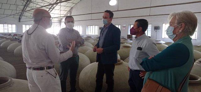 El delegado de Agricultura, Ganadería y Pesca de la Junta de Andalucía en Córdoba, Juan Ramón Pérez, visita la Cooperativa Vitivinícola Local de Aguilar de la Frontera.