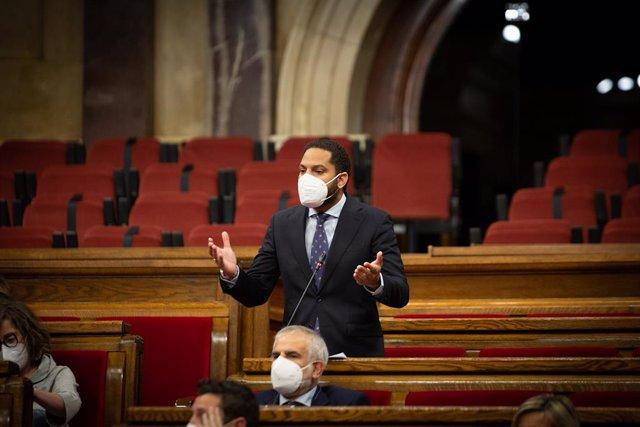 Arxiu - El líder de Vox a Catalunya, Ignacio Garriga, intervé durant una sessió de control al Govern, el 13 de maig del 2021, al Parlament de Catalunya, Barcelona, Catalunya, (Espanya).