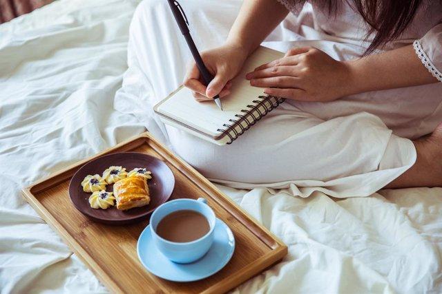 Archivo - Desayuno, escribir, cama,