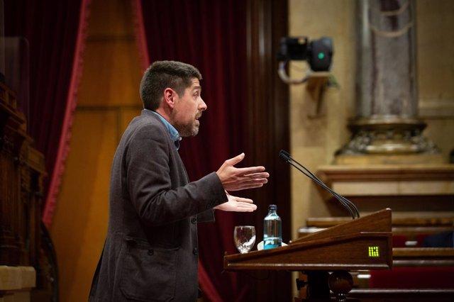 Arxiu - El portaveu del grup dels comuns al Parlament, David Cid, en el ple del Parlament del 13 de maig del 2021, a Barcelona.