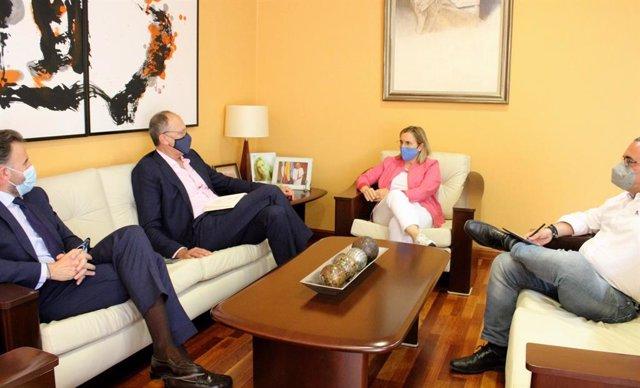 La alcaldesa de Fuengirola, Ana Mula, y el presidente de Aehcos, José Luque, en un encuentro