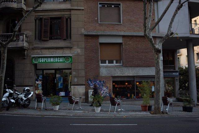 Archivo - Arxiu - Cadires buides en la terrassa d'un carrer de Barcelona.