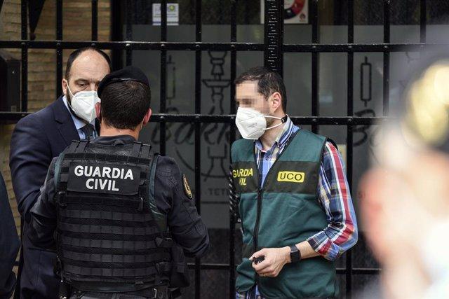 Un grup d'agents de la Unitat Central Operativa de la Guàrdia Civil (UCO), durant un registre en el domicili del subdelegat del Govern a València, Rafael Rubio