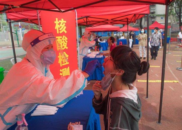 Archivo - Realización del test de COVID-19 en Wuhan