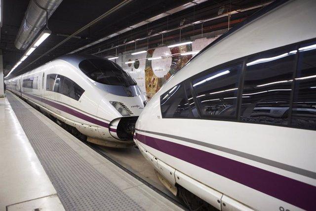 Archivo - Trenes AVE en una estación.