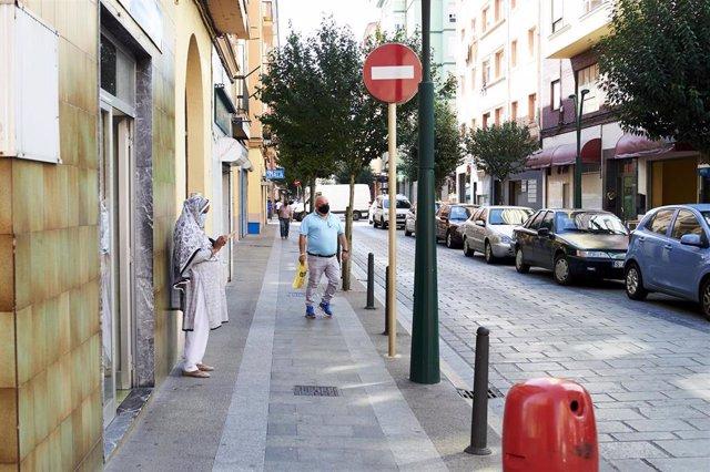 Archivo - Transeúntes pasean por Torrelavega. Archivo