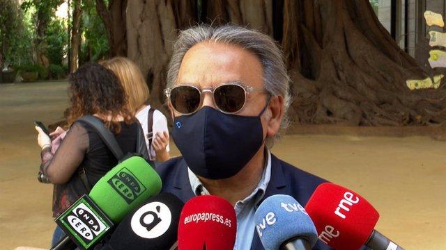 El síndic del PSPV, Manolo Mata, atén als periodistes en Les Corts