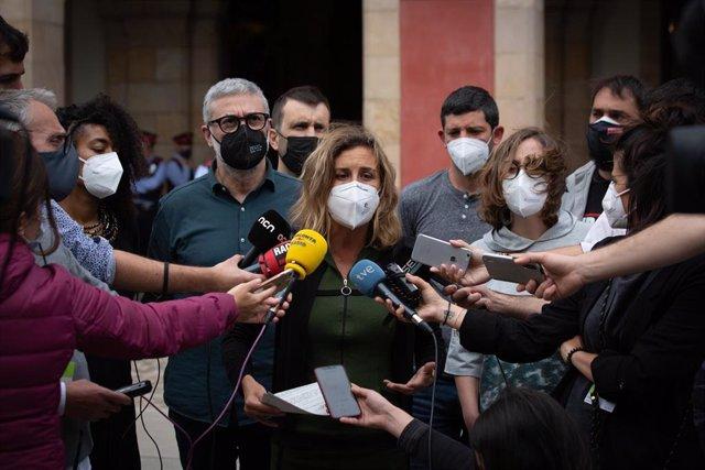 La diputada de la CUP en el Parlament Laia Estrada, ofrece declaraciones a los medios tras salir del Parlament de Catalunya, a 13 de mayo de 2021, en Barcelona, Catalunya (España). El Juzgado de Instrucción 6 de Tarragona ha ordenado detener a Estrada des