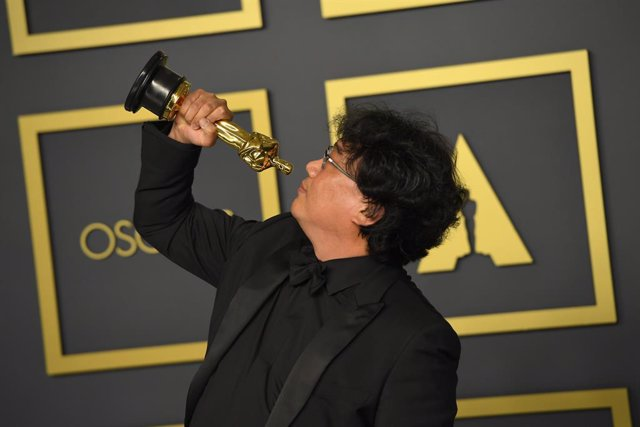 Archivo - dpatop - 09 February 2020, US, Los Angeles: South Korean film director Bong Joon-Ho poses with Best Picture Oscar Award in the press room during the 92nd Academy Awards at the Dolby Theatre. Photo: Kevin Sullivan/ZUMA Wire/dpa