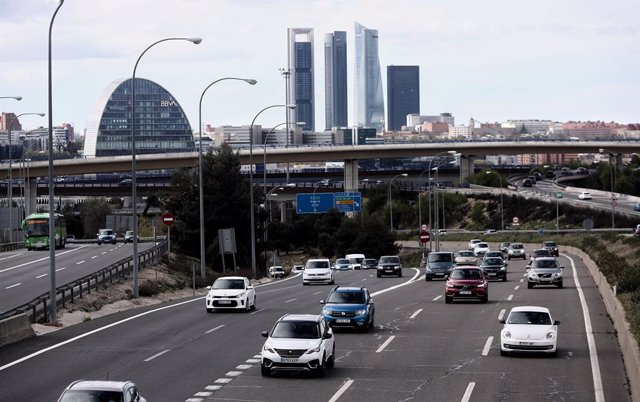 Archivo - Varios coches en la carretera A-1 a su paso por la Moraleja (Madrid).