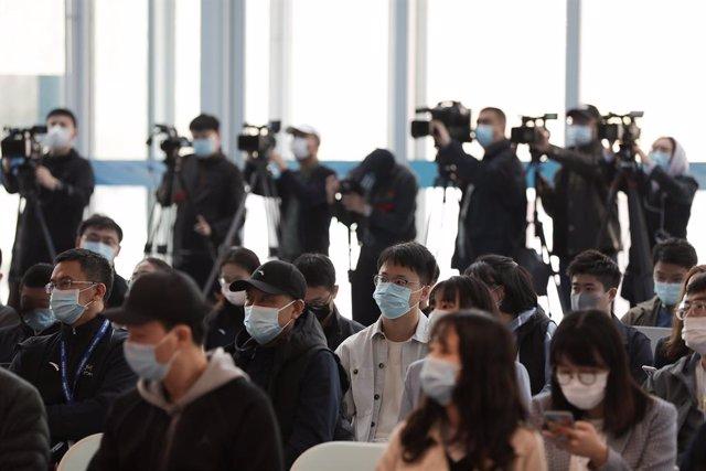 Archivo - Arxiu - Reporters xinesos durant una conferència de premsa.