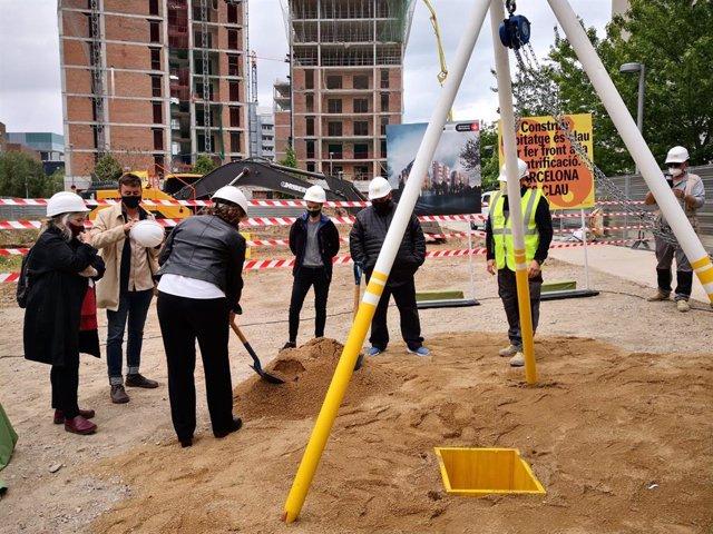 L'alcaldessa de Barcelona, Ada Colau, col·loca la primera pedra d'un edifici.
