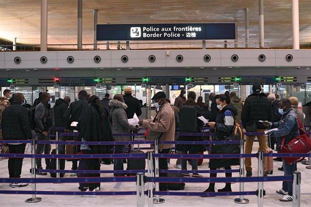 Archivo - Viajeros en el aeropuerto de París
