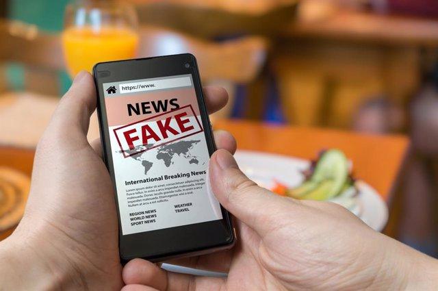 Archivo - Fake news, móvil, bulos