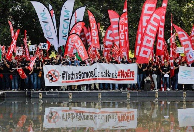 Protesta dels sindicats de Caixabank davant el Palau de Congressos de València on se celebra la Junta d'Accionistes.