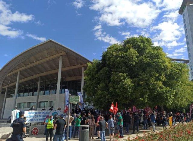 Protesta de la plataforma 'Iniciativa per una Llei que garantisca el dret a la Vivenda' davant la Junta d'Accionistes de Caixabank.