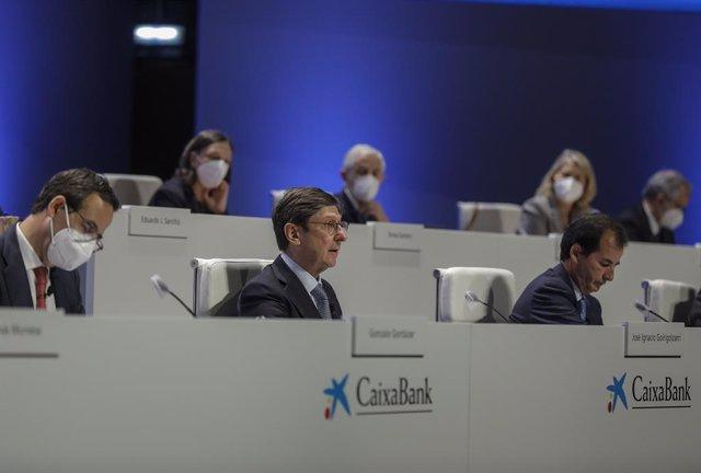 Arxiu - El president de CaixaBank, José Ignacio Goirigolzarri (centre), i el conseller delegat de l'entitat, Gonzalo Gortázar (e), durant una reunió de la Junta General d'Accionistes de CaixaBank.