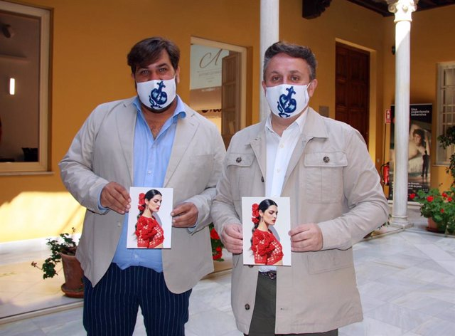 El diseñador granadino Antonio Gutiérrez y el diputado de Turismo, Enrique Medina, presentan la colección de moda 'Granada es Arte'