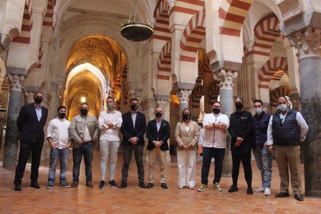 La delegada de Turismo del Ayuntamiento de Córdoba, Isabel Albás, junto a cocineros y responsables de las DO y del Consorcio de la Gastronomía Cordobesa, en la presentación de 'Córdoba Patrimonio Gastronómico'.