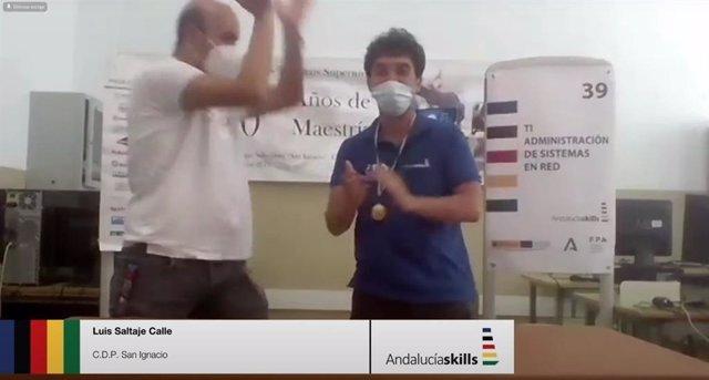 Momento de la entrega de la medalla al estudiante Luis Saltaje, del CDP San Ignacio, en el VI Campeonato Autonómico de FP.