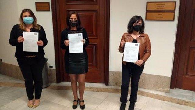 Noemí Villagrasa, Luz Martínez Seijo y María Guijarro, tras el registro de la PNL del PSOE para reforzar el papel de la educción