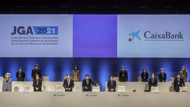 Arxiu - El president de CaixaBank, José Ignacio Goirigolzarri (centre), i el conseller delegat de l'entitat, Gonzalo Gortázar (3e), durant una reunió de la Junta General d'Accionistes de CaixaBank, el 14 de maig del 2021, al Palau de Congressos, València.