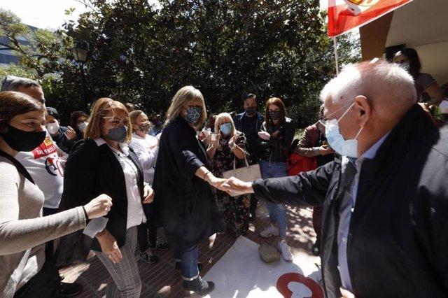 Arxiu - L'alcaldessa de l'Hospitalet de Llobregat, Núria Marín, felicita els manifestants en contra del tancament de l'Acadèmia Cultura.