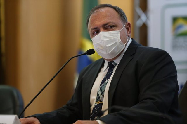 Archivo - 15 March 2021, Brazil, Brasília: Eduardo Pazuello, Minister of Health of Brazil, speaks at a press conference. According to local media reports, talks are taking place for a possible successor to the former general and current health minister. P