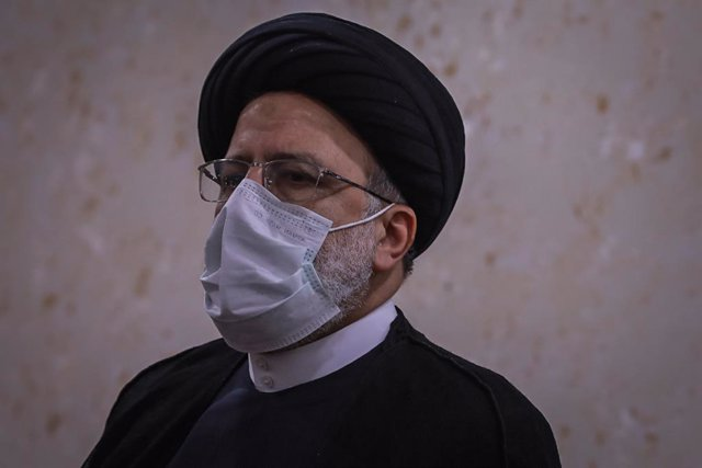 Archivo - 09 February 2021, Iraq, Baghdad: Ebrahim Raisi, Chief Justice of Iran, attends a meeting with Faiq Zidan (not pictured), President of the Iraqi Supreme Judicial Council at the council's headquarters in Baghdad. Raisi and his counterpart signed m